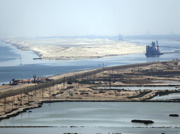 Una veduta del Canale di Suez dal ponte �Al Salam�