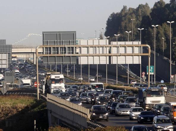 Il traffico intenso nel Grande raccordo anulare di Roma
