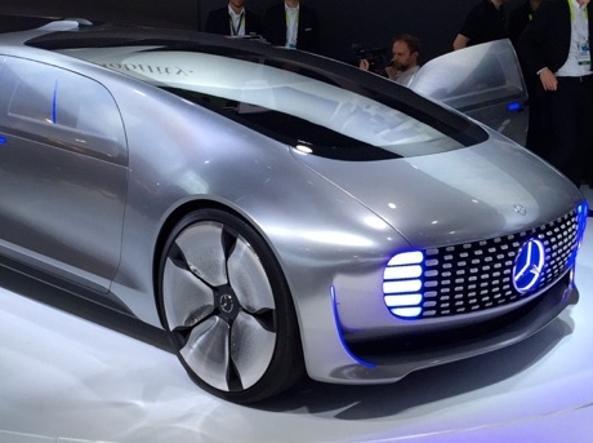 Il concept «F015 Luxury in Motion» di Mercedes che ha la guida autonoma all'interno ospita  un vero e proprio ufficio mobile