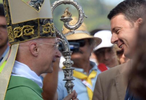 Il card. Bagnasco e Matteo Renzi  al raduno degli scout cattolici del 2014 (Ansa)