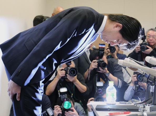 Il deputato Kensuke Miyazaki durante la conferenza stampa  a Tokyo (Afp)