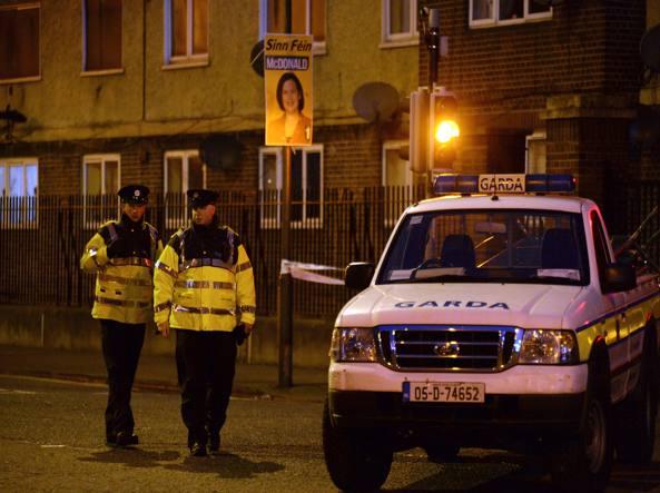Poliziotti vicino al luogo di una sparatoria tra gang a Dublino (Afp)