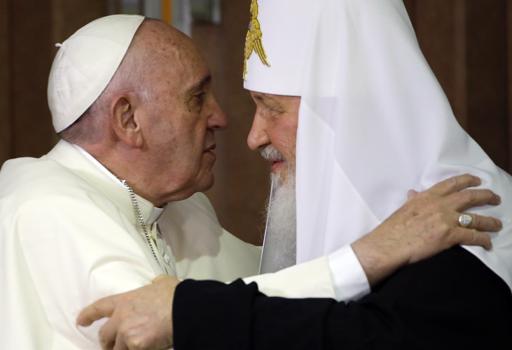 L'abbraccio tra il Patriarca Kirill  e papa Francesco