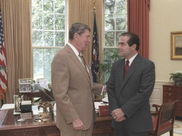 Antonin Scalia con Ronald Regan negli anni Ottanta (Reuters)