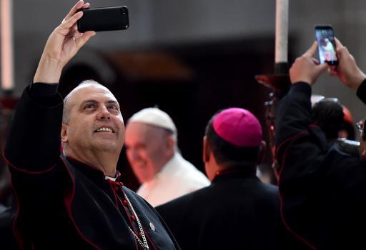 Guadalupe, un selfie con Francesco  anche  per vescovi e porporati  (Gabriel Bouys / Afp)
