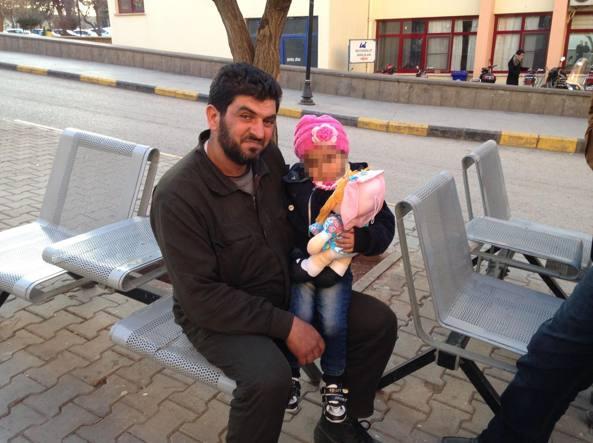 Mohammad, profugo siriano in Turchia,  con la figlia Salam, tre anni