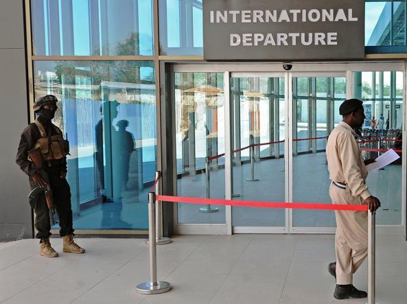 Un militare delle forze speciali all'ingresso dell'aeroporto di Mogadiscio, Somalia (foto Afp)