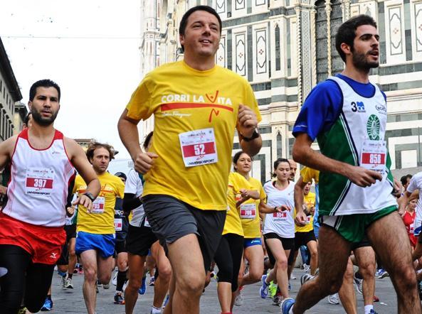 Matteo Renzi, allora sindaco di Firenze  alla maratona Corri la vita, Firenze, ottobre 2013 (Ansa)