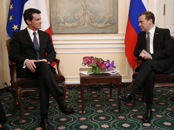 Dmitry Medvedev (a destra) con il primo ministro  Manuel Vals