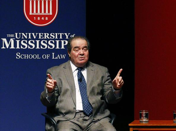Il giudice Antonin Scalia durante un intervento all'università del Mississippi  (Ap)