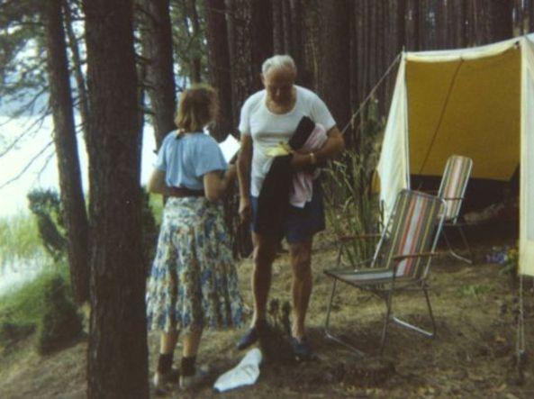 In questa foto del 1978 Karol Woytjla e Anna Teresa Tymieniecka in campeggio (Bbc)