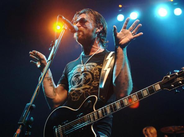 Jesse ''the devil'' Hughes in un concerto a Londra (Foto Ap)
