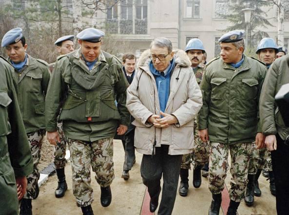 Boutros Boutros-Ghali nel 1992 a Sarajevo, tra i caschi blu egiziani