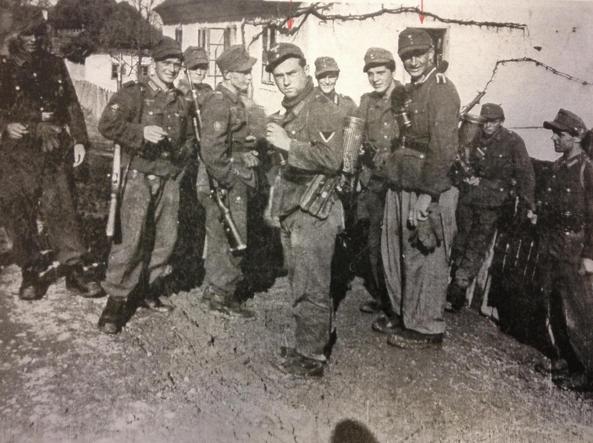 In primo piano Alfred Stork, condannato nel 2013 da un tribunale militare italiano per l'uccisione di almeno 73 soldati della Acqui, a Cefalonia.  Una delle storie emerse dall'«armadio della vergogna». «Sconta» l'ergastolo a casa sua, in Germania.