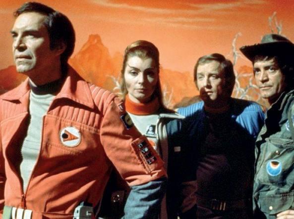 Da sinistra, Martin Landau (il comandante Koenig della base lunare Alpha), Catherine Schell (l'aliena del pianeta Psychon, Maya), Nick Tate (il capitano Alan Carter) e Tony Anholt (il vice comandante Tony Verdeschi) in una scena del telefilm di culto �Spazio 1999� trasmesso per la prima volta in Italia nel 1976