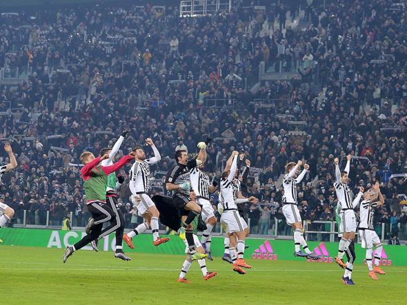 I giocatori della Juventus esultano dopo la vittoria in campionato contro il Napoli (Ansa)