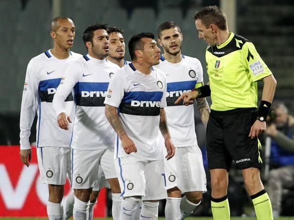 L'arbitro Mazzoleni assediato dai giocatori del'Inter (Ap/Giovannozzi)