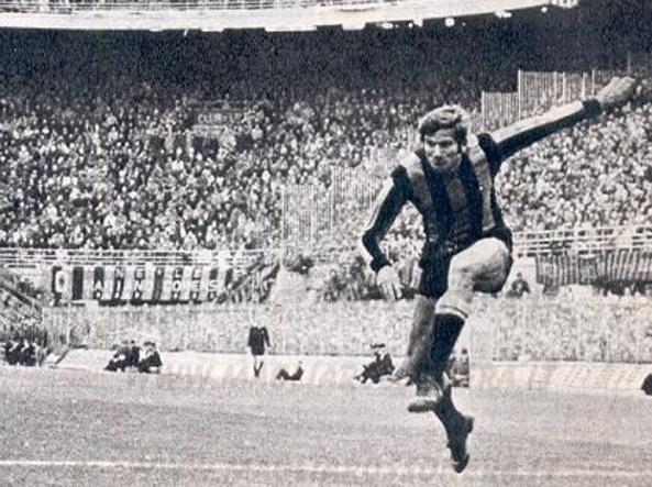 Giacinto Facchetti in azione con la maglia dell'Inter