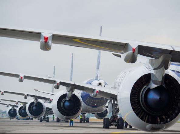 Alcuni modelli di A350, velivoli di ultima generazione, in pista (foto Goussé / Master Films / Airbus)