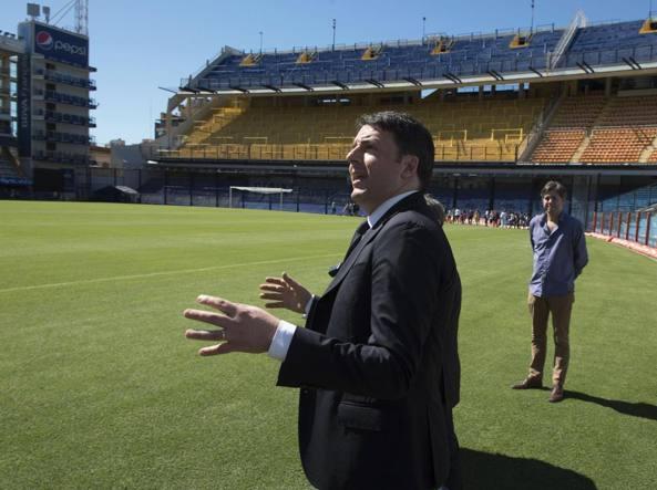 Matteo Renzi allo stadio del Boca Juniors, durante il visita in Argentina (Ansa)