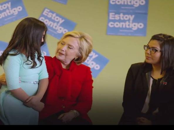 Hillary Clinton consola una bambina ispanica in un incontro a Las Vegas con gli elettori