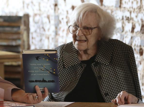 Harper Lee nel luglio 2015, davanti a una copia del nuovo «Va', metti una sentinella» (Reuters/Mary Murphy & Company LLC)