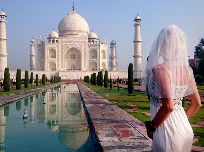 Pavlina e il giro del mondo in abito da sposa (dopo il divorzio) come in «Mangia prega ama»
