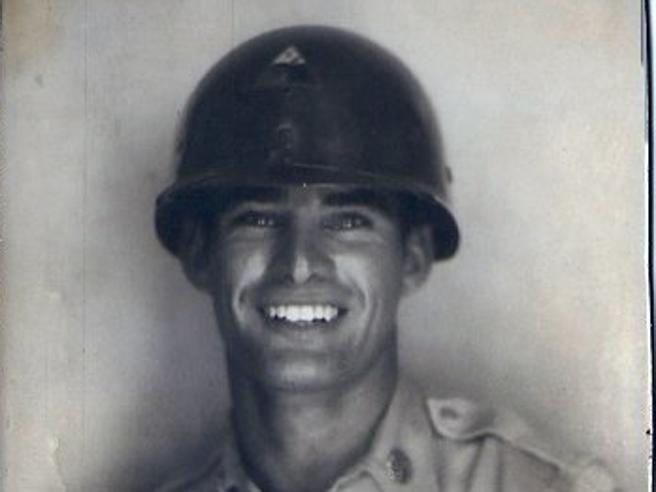 Posta la foto del nonno prima della guerra. E la Rete impazzisce per l'«hot grandpa»