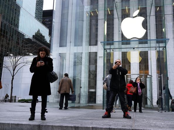 Passanti al telefono davanti allo store della Apple sulla Fifth Avenue di New York