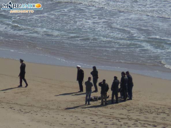 Il cadavere di un migrante sulla spiaggia di Agrigento (Foto Mareamico)
