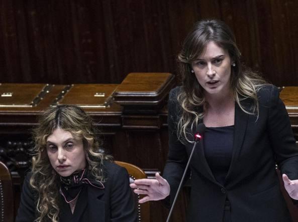 Il ministro delle Riforme, Maria Elena Boschi, e dietro di lei il ministro Madia (Ansa)
