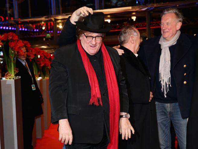 Depardieu a Berlino: «Mi sento molto russo», e gioca con la sciarpa rossa