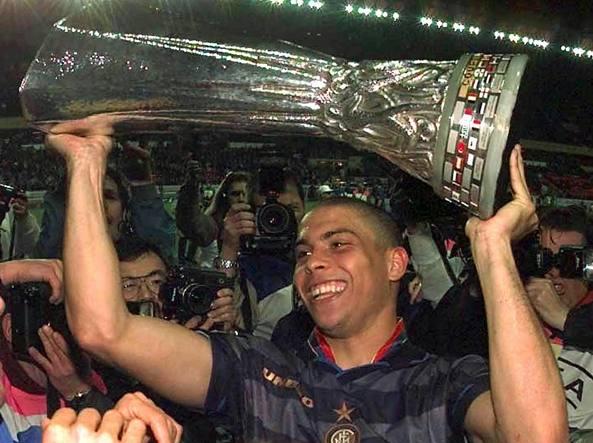 Ronaldo alza la Coppa Uefa vinta con l'Inter nel 1998 (Ap)