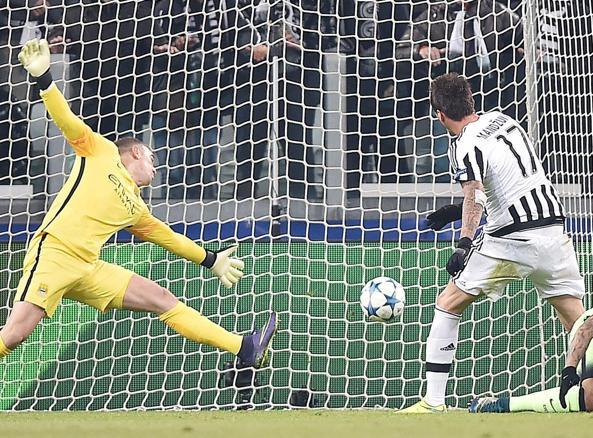 Il gol di Mandzukic che ha steso il Manchester City a Torino (Ansa)