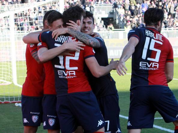 L'esultanza del Cagliari dopo l'autorete di Lapadula (LaPresse/Locci)
