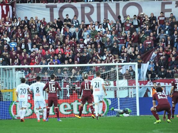 Belec, sulla destra, para il rigore di Maxi Lopez in Torino-Carpi 0-0 (Ansa/Di Marco)