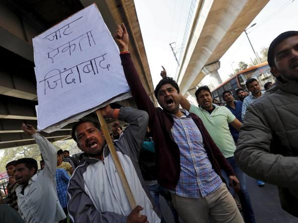 Manifestanti della comunità Jat durante una protesta a  New Delhi (Reuters)