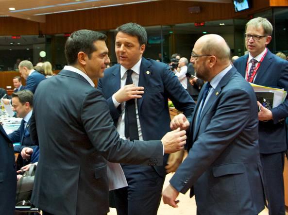 Il premier Matteo Renzi tra il primo ministro greco Alexis Tsipras e il presidente del Parlamento Ue, Martin Schulz, al Consiglio dei capi di Stato e di governo a Bruxelles