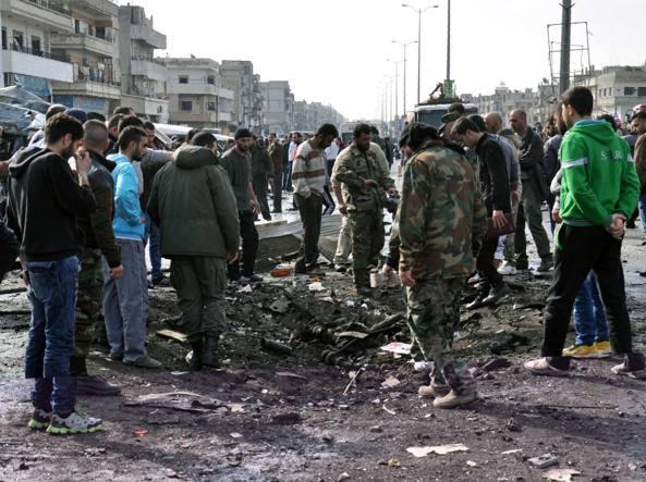Squadre di soccorso sul luogo delle doppia esplosione a  Homs (Afp)
