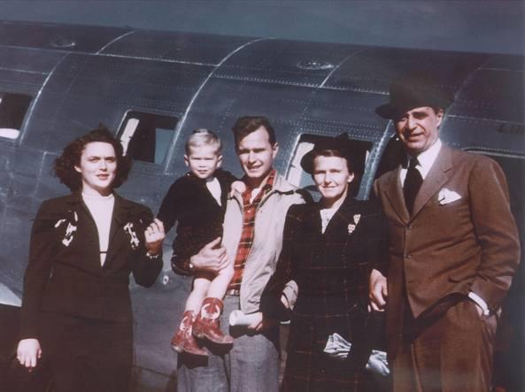 Un giovane George H.W.  Bush in camicia scozzese con in braccio il figlioletto George W,    alla sua  sinistra la moglie Barbara, alla sua  destra,  i genitori    (foto del 1948)