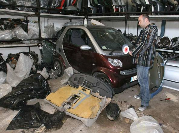 Un deposito di auto rubate (Mario Proto)