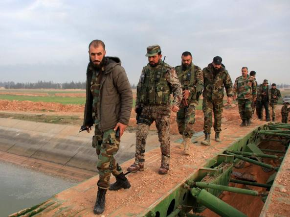 Membri dell'esercito siriano vicino ad Aleppo (Afp)