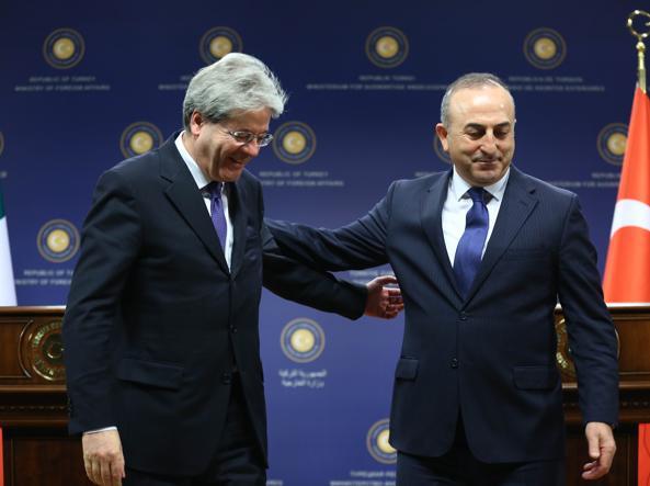 Il ministro degli Esteri Paolo Gentiloni con l'omologo turco Mevlut Cavusoglu