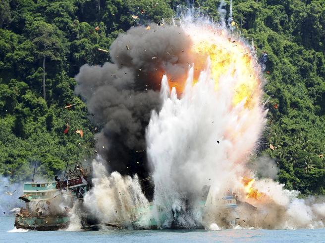 Indonesia, il governo fa saltare in aria 30 pescherecci fuorilegge