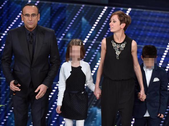Marzia Lachello sul palco di Sanremo con i suoi due alunni e con  il presentatore Carlo Conti