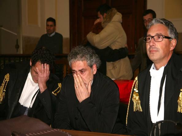 Giuseppe Gulotta tra gli avvocati Baldassare Lauria, a destra,  e Pardo Cellini durante la lettura della sentenza (13 febbraio 2012) che lo ha scagionato a Reggio Calabria (Ansa)