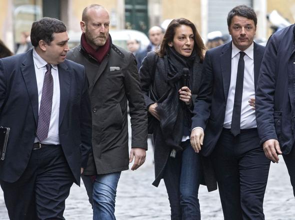 Matteo Renzi si reca a piedi alla sede della stampa estera (Jpeg)