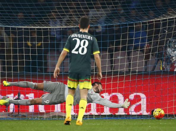 Donnarumma ingannato dalla deviazione di Abate  subisce l'1-0  da Insigne (Reuters/Gentile)