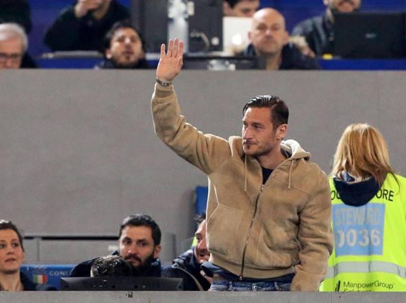 Francesco Totti, con una smorfia amareggiata, saluta i tifosi che lo acclamano all'Olimpico prima di Roma-Palermo (Ansa/Di Meo)