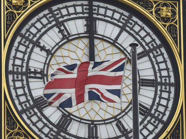 La bandiera britannica davanti al Big Ben a Londra